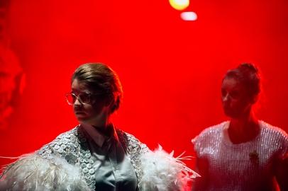 Scène uit 1 van de 4 voorstellingen van Fourstelling. Een samenwerking van DNOA, Koninklijk Conservatorium Den Haag, Residentie Orkest en Theaterschool Amsterdam.